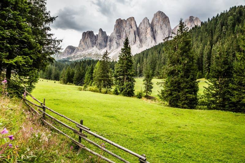 Di Funes, Italia de los picos-Val de las dolom imagenes de archivo