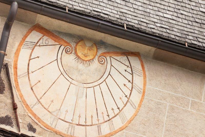 DI FUNES, ITALIA DE VAL - 1 DE OCTUBRE DE 2016: Un detalle del reloj de sol viejo pintó 1465 sobre la pared externa de la pequeña imágenes de archivo libres de regalías