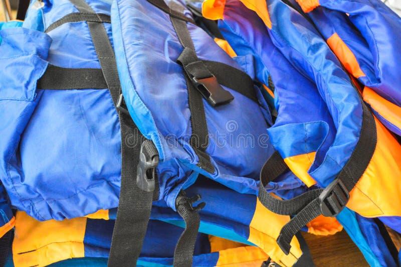 Di giubbotti di salvataggio colorati multi luminosi blu di gomma della gomma espansa e pieni d'aria per la protezione di annegame immagine stock libera da diritti