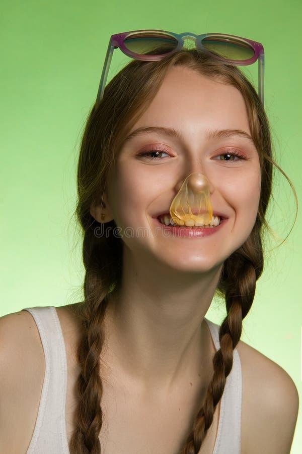Di gomma da masticare sorridente grazioso di spirito della ragazza immagine stock libera da diritti