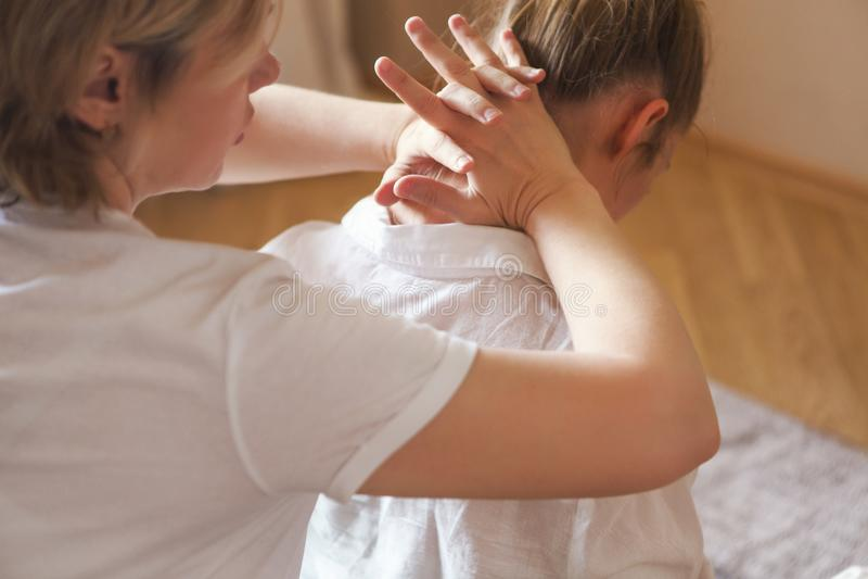 Di gran lunga massaggio nel salone della stazione termale immagini stock libere da diritti