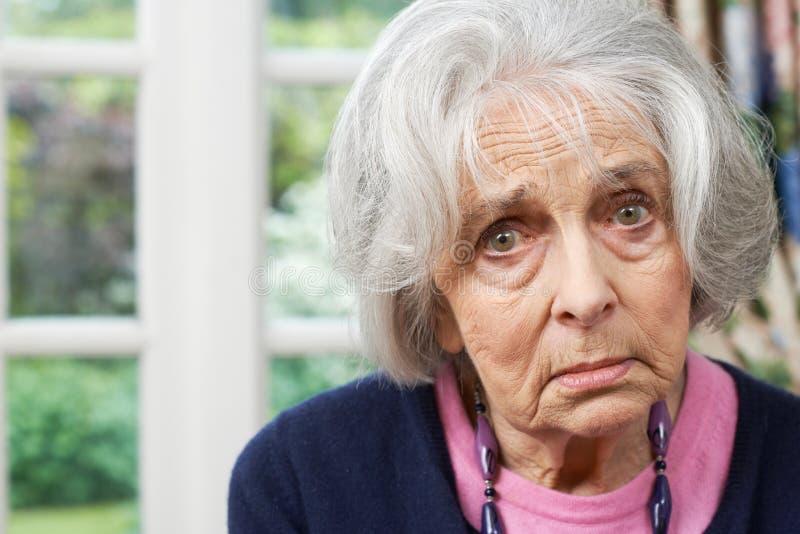Di gran lunga ritratto della donna senior infelice a casa immagine stock libera da diritti