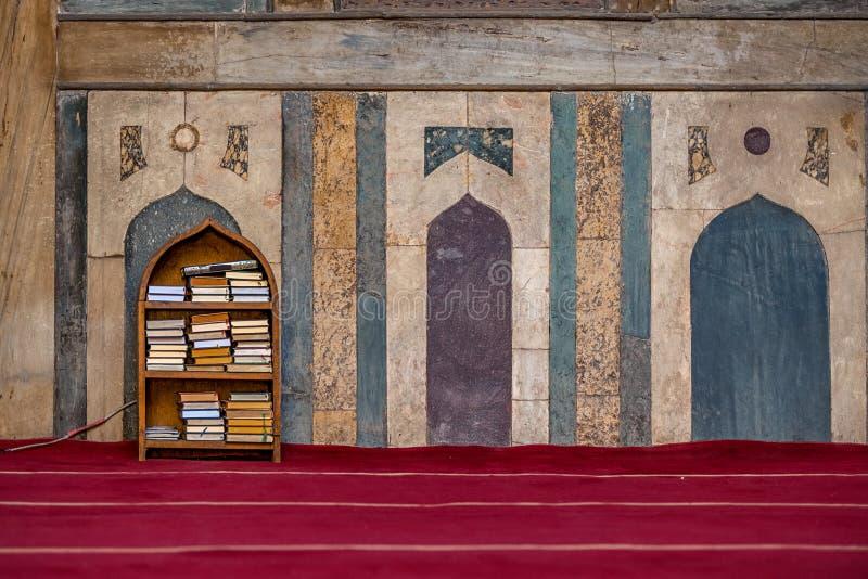 11/18/2018 di Il Cairo, Egitto, scaffale con i libri religiosi in arabo in mezzo ad una grande moschea immagini stock libere da diritti