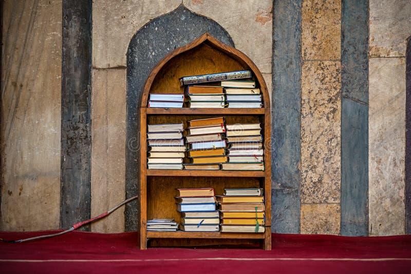 11/18/2018 di Il Cairo, Egitto, scaffale con i libri religiosi in arabo in mezzo ad una grande moschea fotografia stock