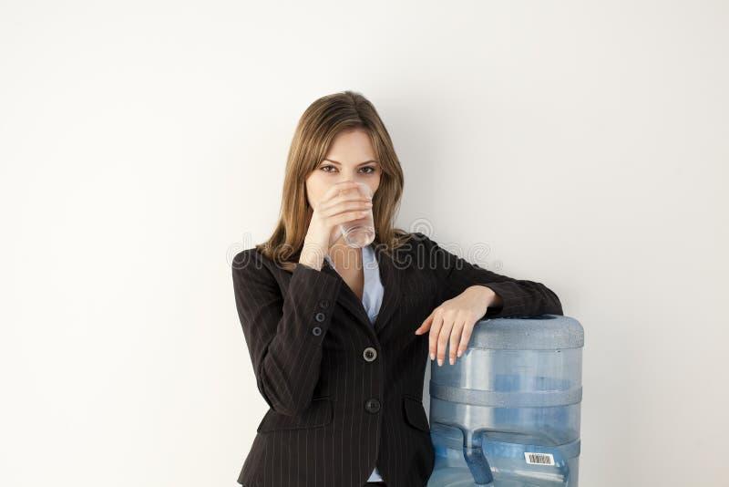 Di impiegato al dispositivo di raffreddamento di acqua immagine stock