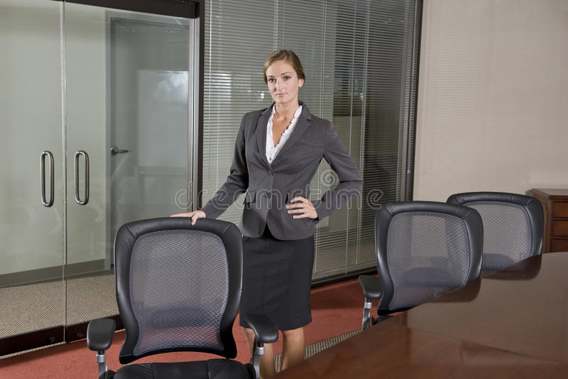 Di impiegato femminile che si leva in piedi nella sala del consiglio fotografia stock libera da diritti