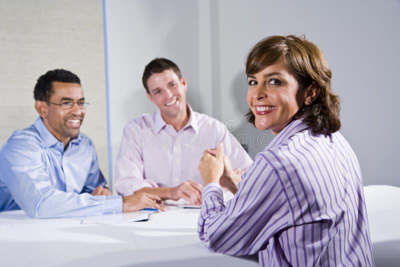 di impiegato femminile dell'Metà di-adulto, nella riunione fotografia stock