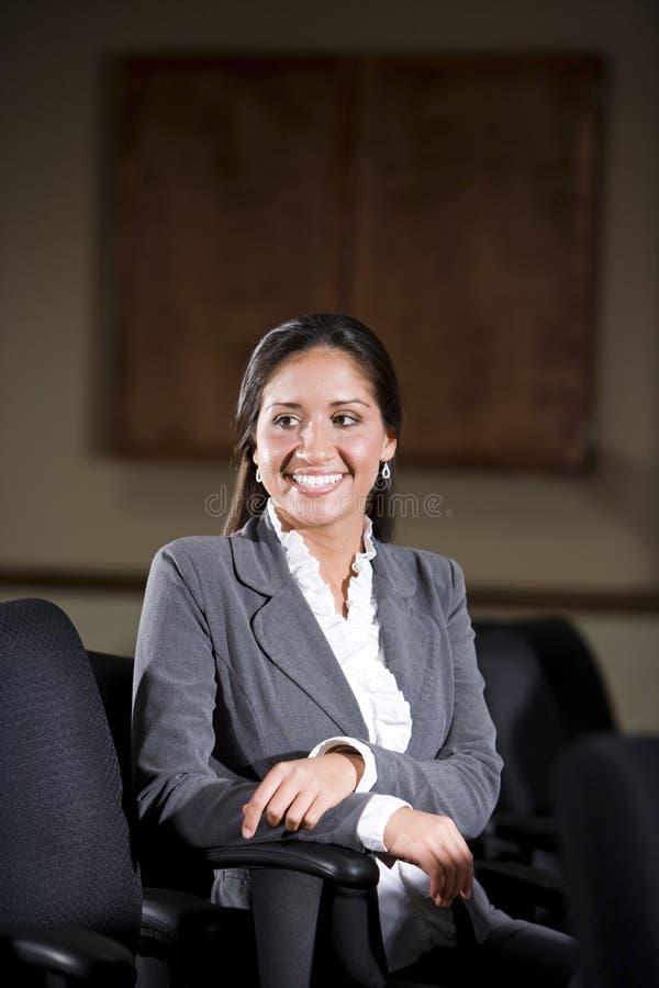 Di impiegato femminile ispanico nella sala del consiglio dell'ufficio fotografie stock libere da diritti