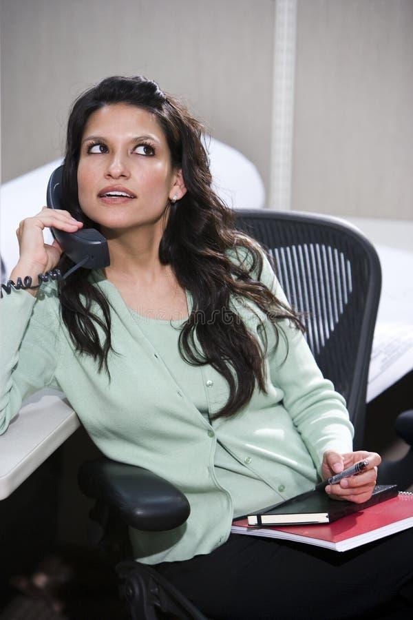 Di impiegato femminile sul telefono fotografia stock