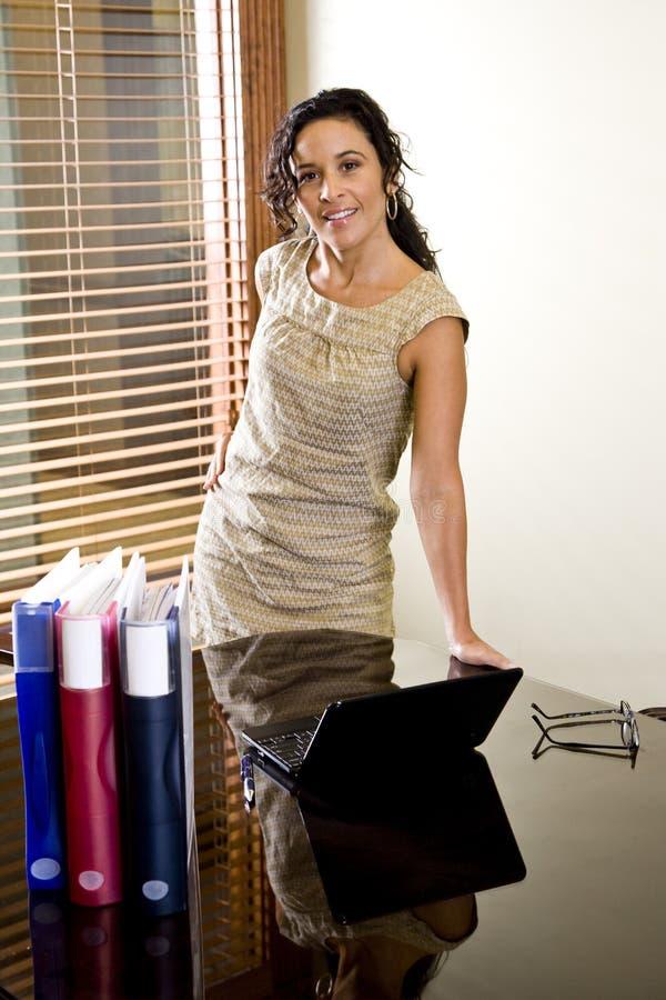 Di impiegato ispanico femminile grazioso in sala del consiglio fotografia stock libera da diritti