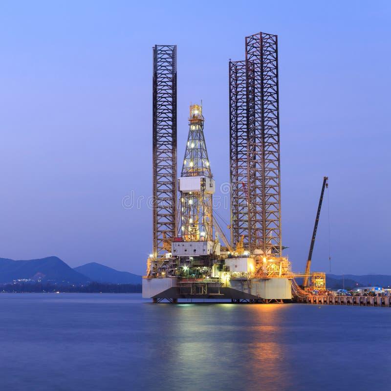 Di Jack impianto di perforazione della trivellazione petrolifera su nel cantiere navale per manutenzione fotografia stock libera da diritti