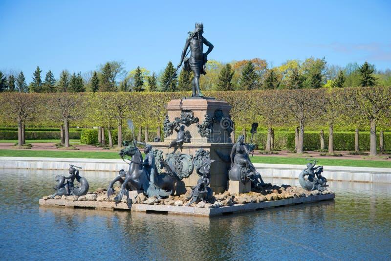 ` di lavoro di Nettuno del ` della fontana su una mattina soleggiata di maggio Peterhof immagine stock libera da diritti