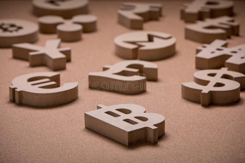 Di legno canta o simboli delle valute del mondo nell'immagine del gruppo immagini stock