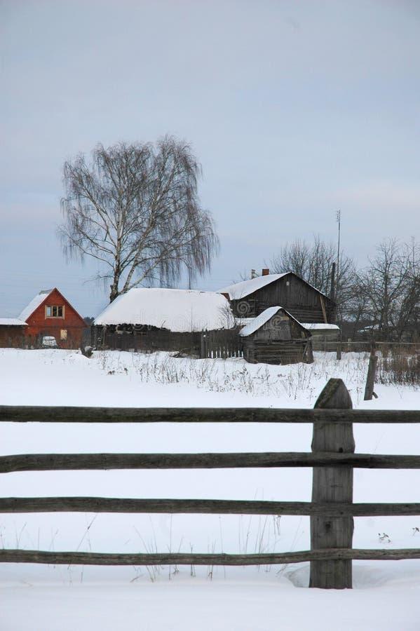 Di legno recinti il villaggio dell'inverno fotografia stock libera da diritti