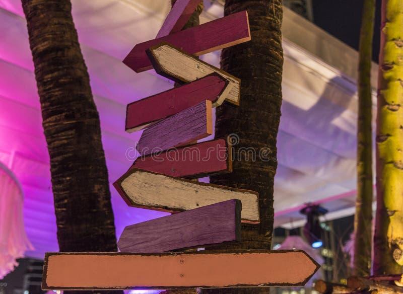 Di legno segnale dentro la sera immagini stock libere da diritti