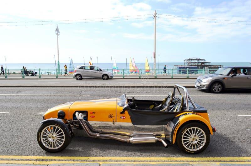 Di Lotus Cobra parcheggio nel viale della spiaggia di Brighton con il vecchio pilastro ad ovest nel fondo immagine stock
