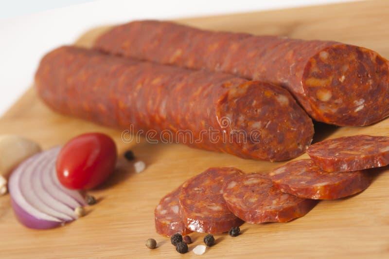 Di maiale della salsiccia delle fette hickory asciutto leggermente fumato fotografie stock