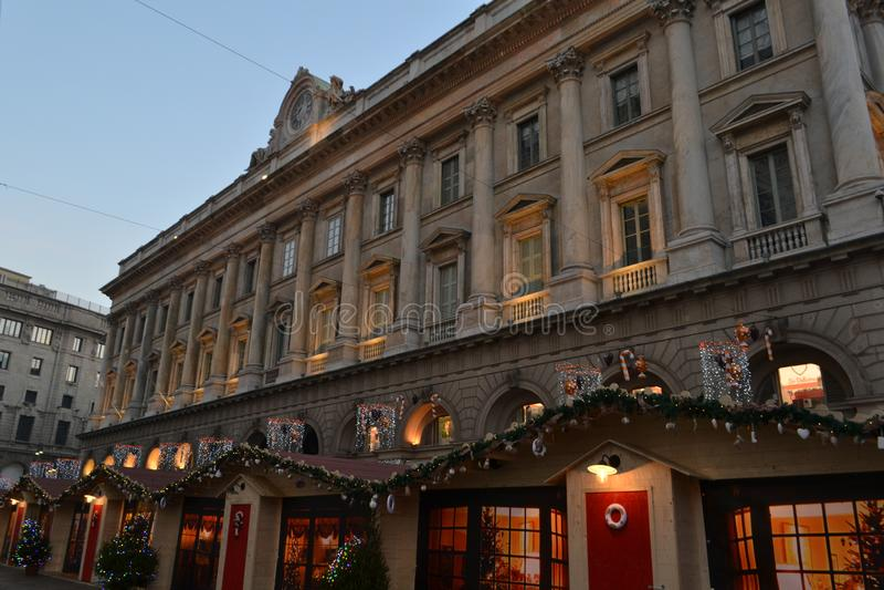 Di Mailand Veneranda-fabbrica Del Duomo und hölzerne Kioske des Weihnachtsmarktes am Duomo früh morgens lizenzfreie stockfotografie