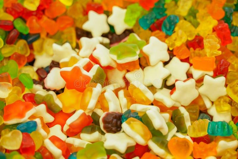Di marmellata d'arance colorata multi deliziosa della frutta caramelle luminose non sane all'ingrosso fine differente della foto  immagini stock