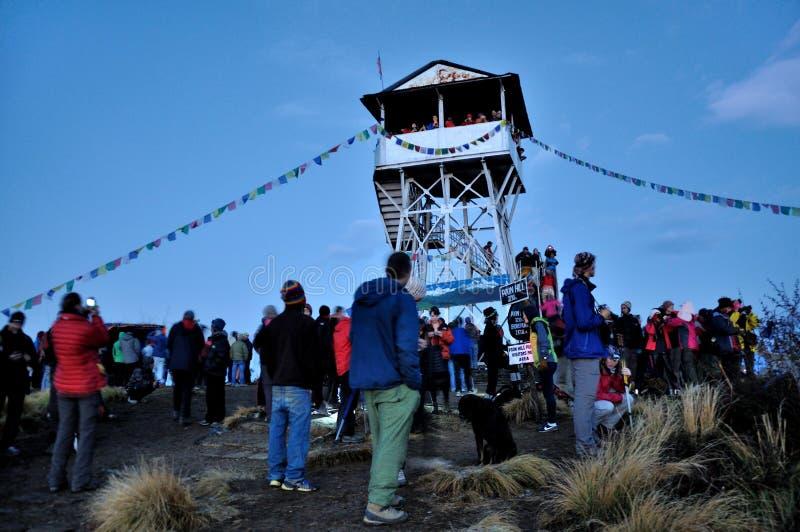 Viaggiatori che stanno alla cima della collina di Poon fotografia stock