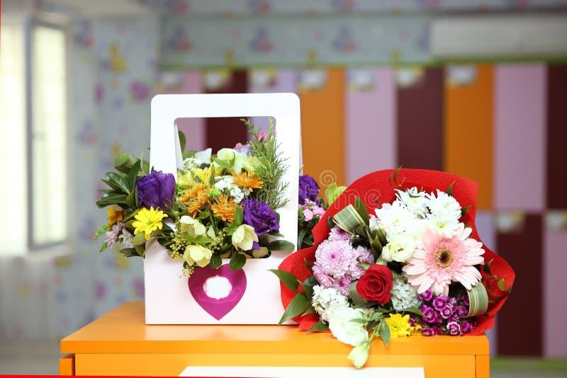 di mazzo rosa colorato Multi per l'8 marzo 8 marzo calendario, accanto ai fiori Fuoco selettivo Il giorno della donna felice Fond fotografia stock libera da diritti
