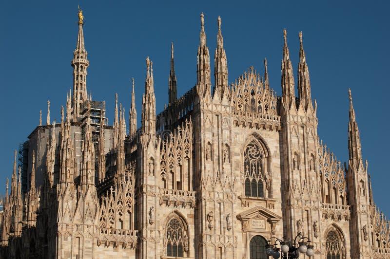 Di Milaan van Duomo Mensen voor voorgevel van Italiaanse gotische kerk in het centrum van Milaan, Italië festival of royalty-vrije stock afbeelding
