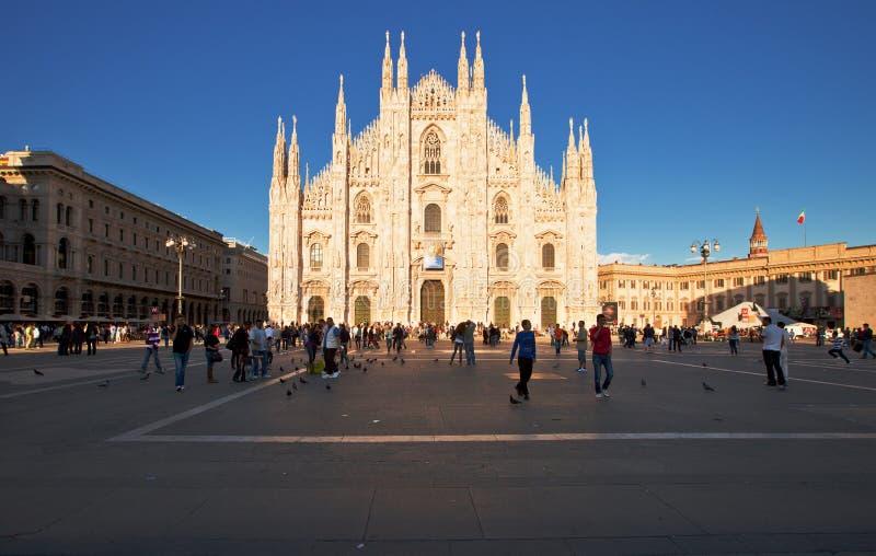 Di Milaan van Duomo in zonsonderganglichten stock foto's
