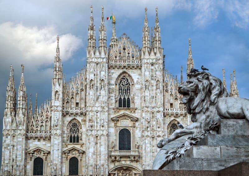 Di Milano del duomo con il leone immagine stock