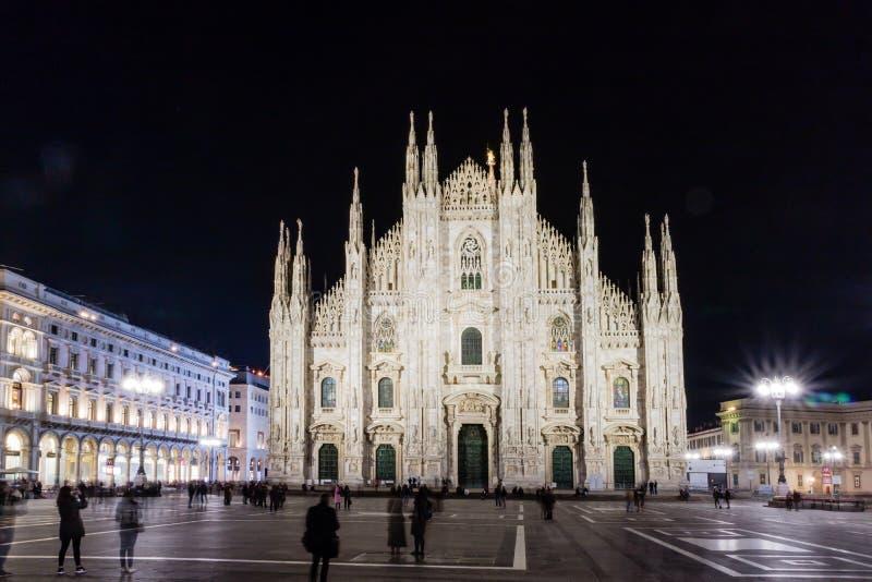 Di Milano del duomo della chiesa cattolica illuminata alla notte dall'Italia immagine stock