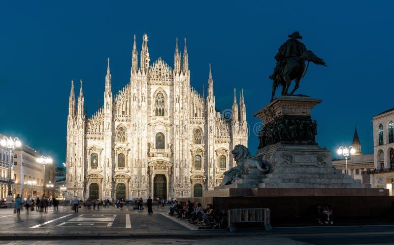 Di Milano del duomo o di Milan Cathedral sul quadrato alla notte, Italia della cattedrale immagini stock