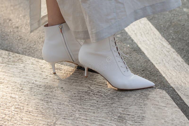 Di modello indossando un paio degli stivali bianchi della caviglia con le corde immagine stock