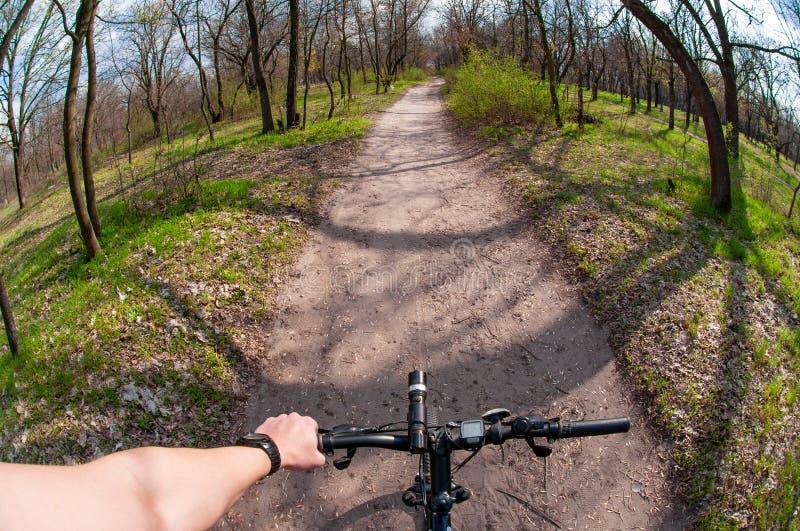 Di montagna di ciclismo collina gi? che discende velocemente sulla bicicletta fotografia stock libera da diritti
