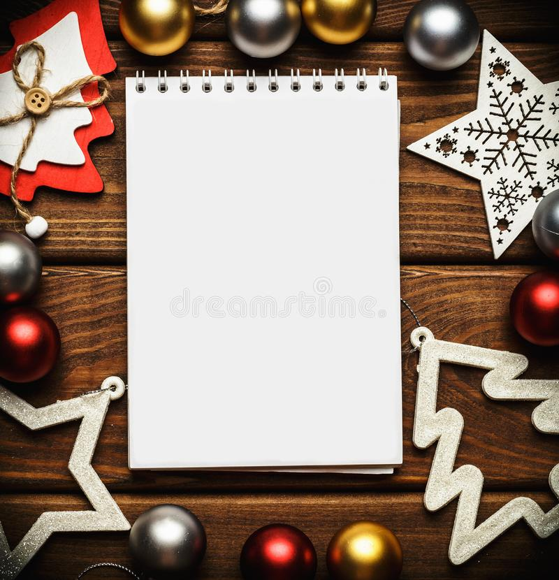 Di Natale del nuovo anno e, o derisione la carta su, o svuota il taccuino in bianco sulla vista di legno d'annata del piano d'app fotografia stock