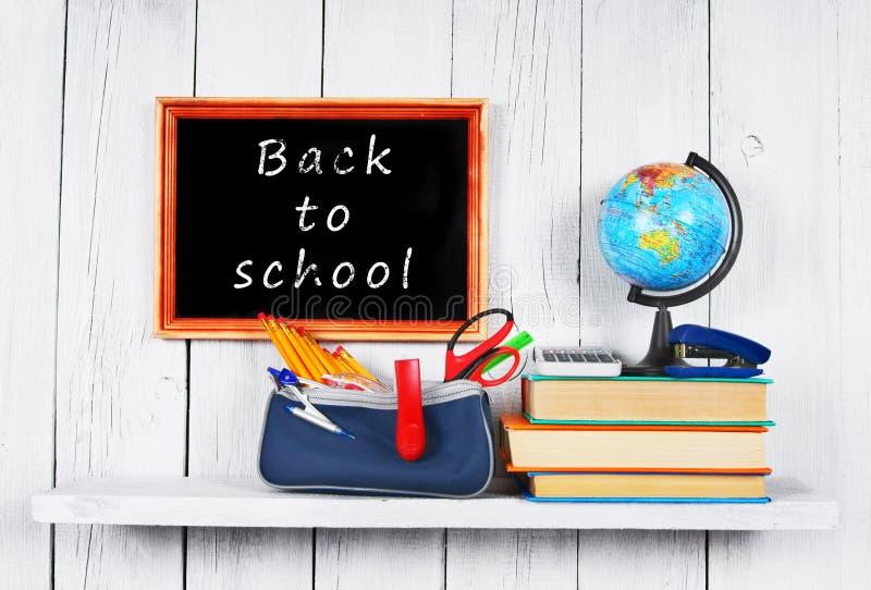 Di nuovo al banco Pagina Libri e strumenti della scuola immagine stock