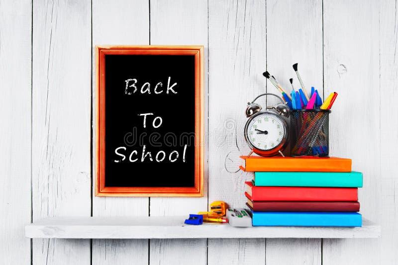Di nuovo al banco Pagina Libri e strumenti della scuola immagini stock
