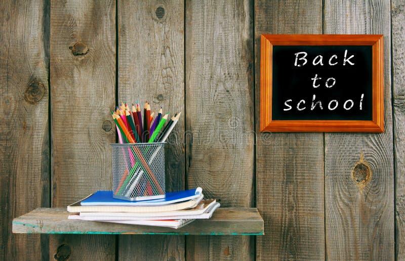 Di nuovo al banco Scrittura-libri e strumenti della scuola fotografia stock libera da diritti