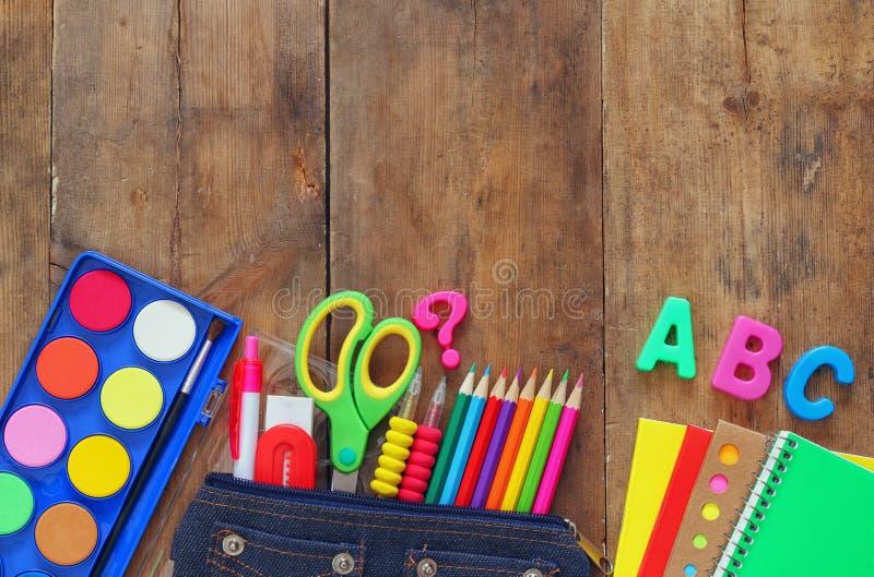 Di nuovo al concetto del banco Vista superiore dei rifornimenti di scuola sullo scrittorio immagine stock libera da diritti