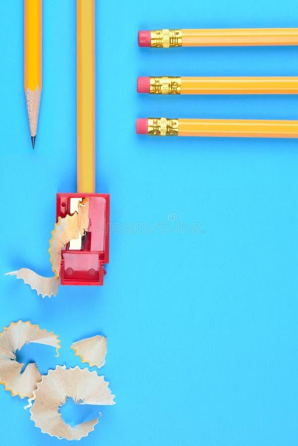 Di nuovo al concetto della scuola - matite gialle immagini stock libere da diritti