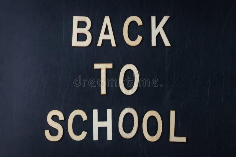 Di nuovo al concetto della scuola sopra il fondo della lavagna dell'aula fotografia stock libera da diritti