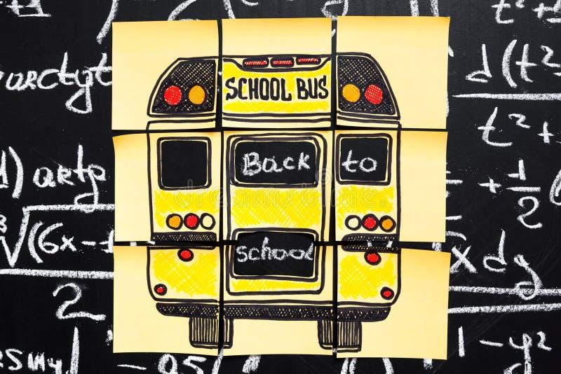 Di nuovo al fondo della scuola con il ` di titolo di nuovo al ` del ` della scuola e dello scuolabus del ` scritto su pezzi di ca fotografia stock libera da diritti
