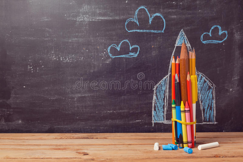 Di nuovo al fondo della scuola con il razzo fatto dalle matite colorate immagine stock