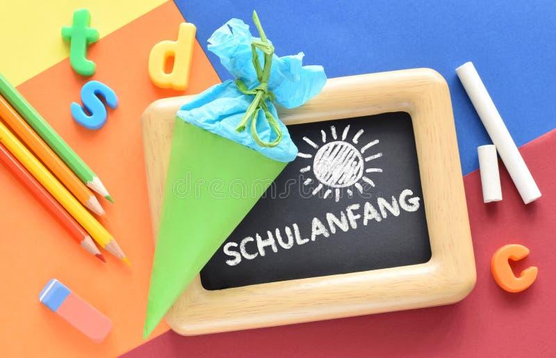 """Di nuovo al fondo della scuola con la parola su lingua tedesca """"scuola """" fotografia stock libera da diritti"""