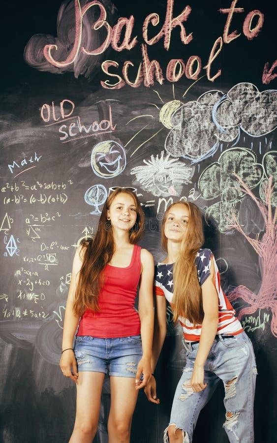 Download Di Nuovo Alla Scuola Dopo Le Vacanze Estive, Due Teenager Immagine Stock - Immagine di diversità, felicità: 56892771