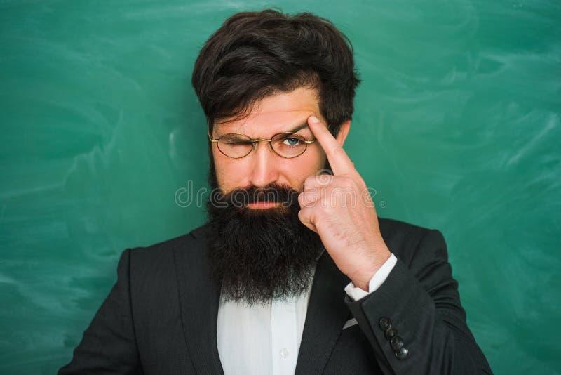 Di nuovo alla scuola ed al tempo felice Ritratto di professore barbuto alla lezione della scuola agli scrittori in aula - fine su fotografia stock libera da diritti