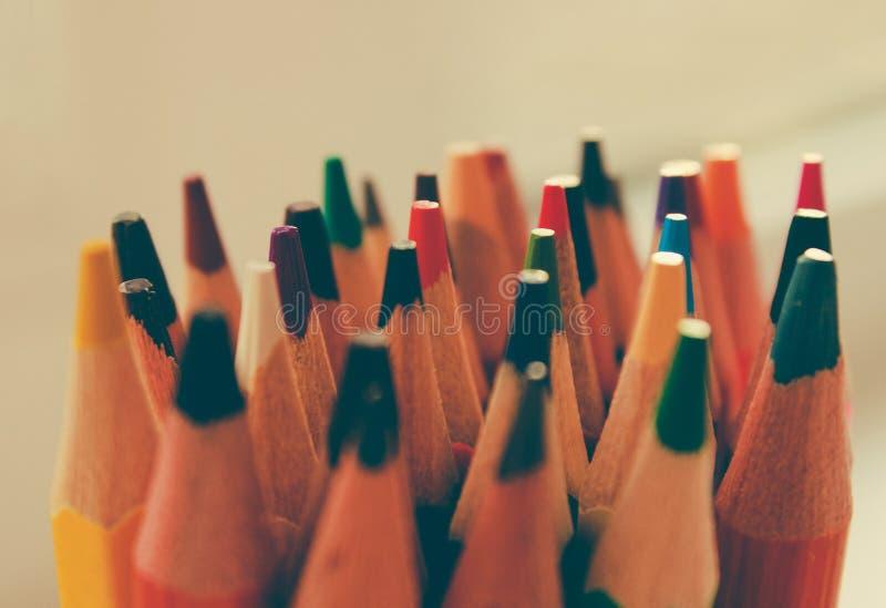 Di nuovo a scuola, concetto dalle matite colorate su un fondo giallo da carta strutturata per schizzare Tinto in un d'avanguardia immagini stock libere da diritti