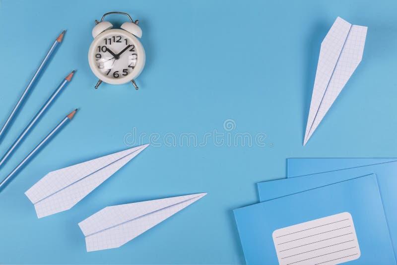 Di nuovo a scuola, sogni, istruenti, aeroplani, fondo minimalista, disposizione piana, spazio della copia, slogan, insegna, taccu immagini stock libere da diritti