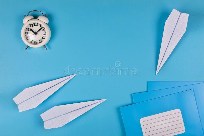 Di nuovo a scuola, sogni, istruenti, aeroplani, fondo minimalista, disposizione piana, spazio della copia, slogan, insegna, taccu immagine stock