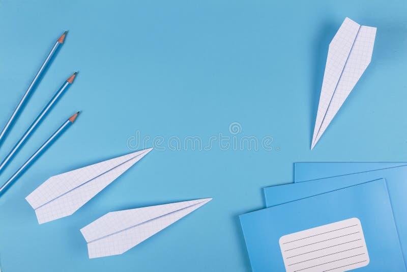 Di nuovo a scuola, sogni, istruenti, aeroplani, fondo minimalista, disposizione piana, spazio della copia, slogan, insegna, taccu fotografia stock