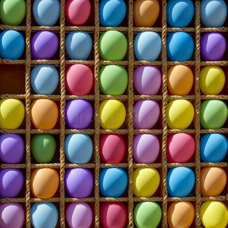 Di palle colorate multi gonfiabili nelle cellule per il gioco dardeggia fotografia stock