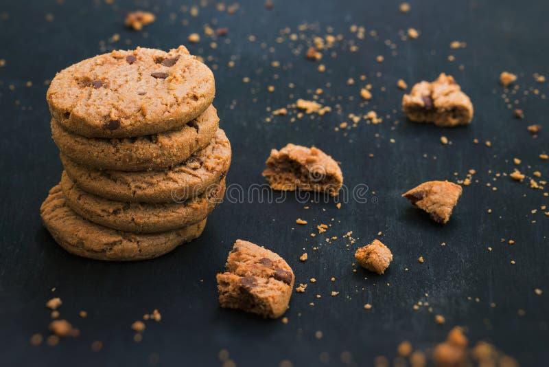 Di pepita di cioccolato della farina d'avena Cookiese Biscotti su fondo di legno immagine stock